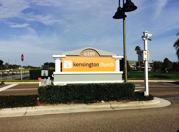 Kensington Church Informs with Temporary Signage in Orlando